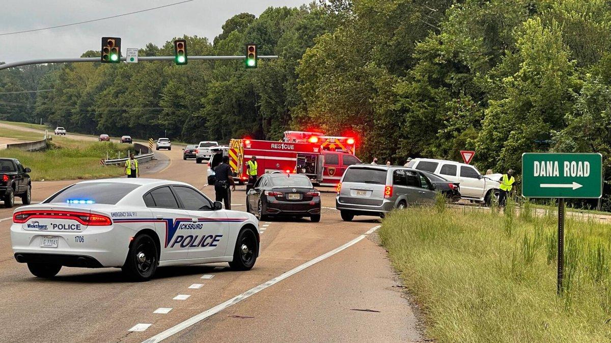 Driver killed after 3-car wreck on Vicksburg highway