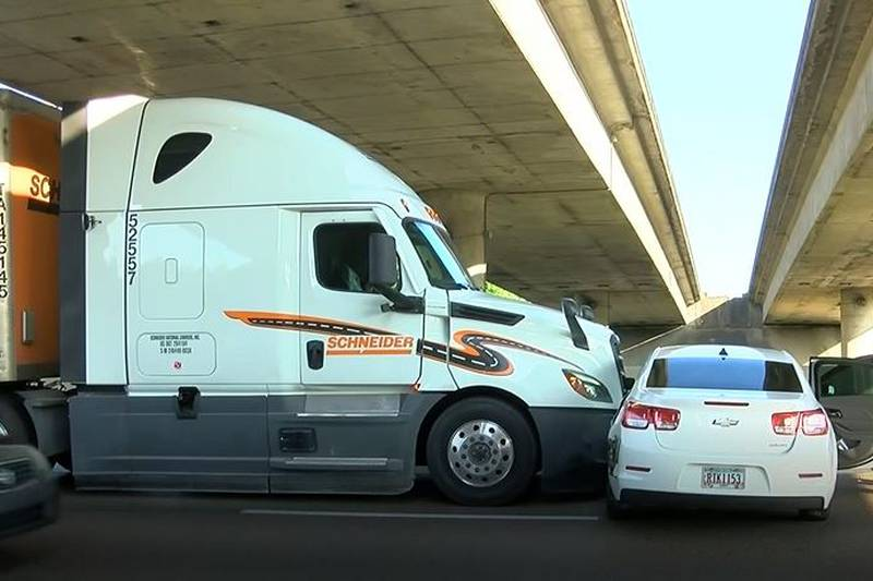 Wreck involving 18-wheeler impacts northbound lanes of I-55 at Fortification Street