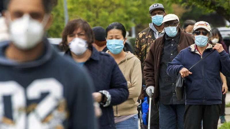 ARCHIVO - En esta foto de archivo del 5 de mayo de 2020, los residentes del barrio de Kew...