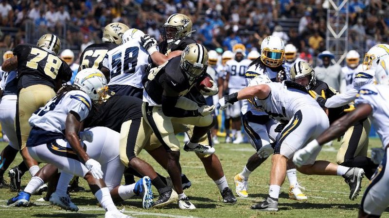 Latavius Murray runs through Charger tacklers. (Source: New Orleans Saints)